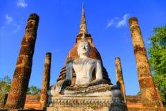 在Sa Si在Sukhothai历史公园,泰国Wat里面历史的佛教寺庙废墟的古老菩萨雕象  免版税库存照片