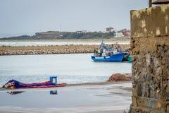 在saaidia港口的小船 免版税库存图片