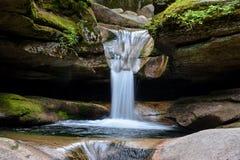 在Sabbaday秋天的瀑布,林肯新罕布什尔 免版税库存图片