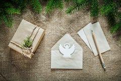 在sacki的当前箱子杉树分支天使纸信封铅笔 库存图片