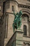 在Sacre Coeur门面大教堂的古铜色骑马雕象在巴黎 库存图片