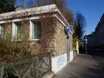 在Sacre Coeur, Monmartre附近的公共厕所 图库摄影