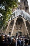 在Sagrada Familia前面的人们在巴塞罗那 库存照片