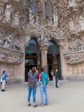 在Sagrada Familia前面的人们 免版税库存图片
