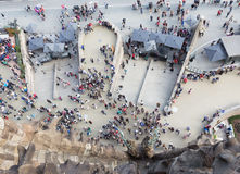 在Sagrada Familia前面的人们 库存照片