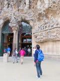 在Sagrada Familia前面的游人 免版税库存图片