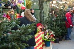 在Sagrada Familia教会巴塞罗那附近的圣诞节市场 免版税图库摄影