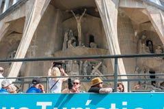 在Sagrada Familia附近的旅游教练在巴塞罗那 免版税库存图片