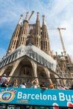 在Sagrada Familia附近的旅游教练在巴塞罗那 库存照片