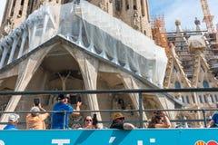 在Sagrada Familia附近的旅游教练在巴塞罗那 免版税库存照片