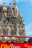 在Sagrada Familia附近的旅游教练在巴塞罗那 库存图片