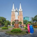 在Saigon's Notre Dame大教堂前面的两名妇女姿势 库存照片