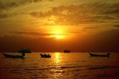 在Sairee海滩,酸值陶,泰国的美好的日落 免版税库存图片