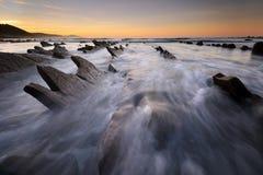 在Sakoneta海滩Guipuzkoa,巴斯克地区的波浪 免版税图库摄影