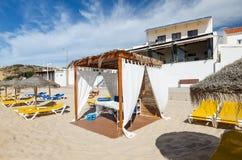 在Salema海滩的按摩桌 阿尔加威,南葡萄牙 免版税图库摄影