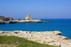 在Salento江边的风景岩石峭壁  免版税图库摄影