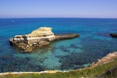 在Salento海岸的岩石堆在意大利 图库摄影