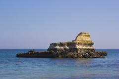 在Salento海岸的岩石堆在意大利 库存图片