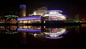 在salford码头在晚上,罗利, MediaCity,曼彻斯特的现代建筑学大厦的看法 免版税图库摄影