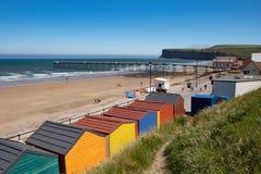 在Saltburn由海,传统英国海滨胜地使小屋靠岸 免版税图库摄影
