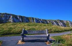 在Samphire锄塔附近的长凳沿多弗峭壁  免版税库存图片