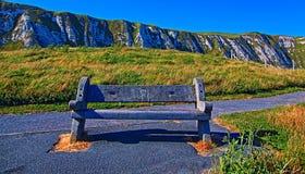 在Samphire锄塔附近的长凳沿多弗峭壁  库存照片