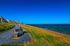 在Samphire锄塔附近的长凳沿多弗峭壁  库存图片