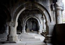 在Sanahin修道院里面中世纪基督教会的柱廊  库存照片