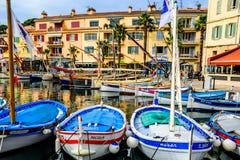 在Sanary苏尔梅尔, Var,法国港的传统小船  库存照片