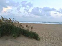 在Sandbridge海滩弗吉尼亚的日出 免版税库存照片