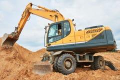 在sandpit的轮子挖掘机在大量掘土的工作期间 图库摄影