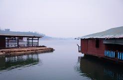 在Sangkhlaburi的木筏 免版税图库摄影