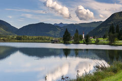 在Sankt乌尔里克上午Pillersee,奥地利附近的湖反射 免版税库存图片
