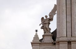 在Sant安德里亚della瓦尔教会门户的天使在罗马 库存照片