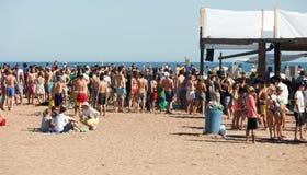 在Sant阿德里亚海滩的党在巴塞罗那 免版税图库摄影