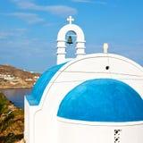 在santo的mykonos老建筑学白色背景十字架 免版税库存图片