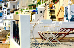 在Santorini大阳台,克利特,希腊的二把椅子 图库摄影