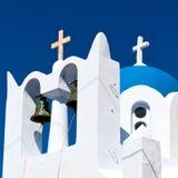 在santorini希腊ol的建筑学白色背景十字架 免版税库存图片