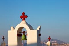 在santorini希腊ol的建筑学白色背景十字架 免版税图库摄影