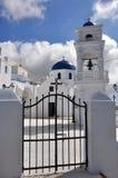 在santorini海岛上的古典希腊语教会 图库摄影