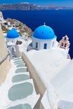 在Santorini海岛的教会圆屋顶 免版税库存照片