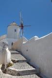 在Santorini海岛的风车 库存照片