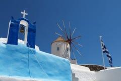 在Santorini海岛的风车 库存图片