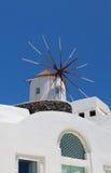 在Santorini海岛的风车 免版税库存图片