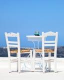 在santorini的两把白色椅子 库存图片