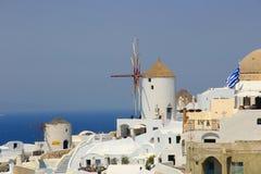 在Santorini的风车,希腊 免版税库存照片
