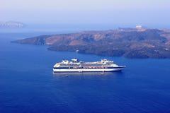 在Santorini破火山口的巡航  库存图片