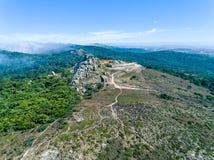在Santuario da Peninha附近的鸟瞰图高雾 库存图片