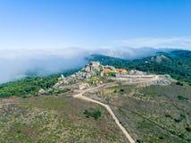在Santuario da Peninha附近的鸟瞰图高雾 免版税库存图片