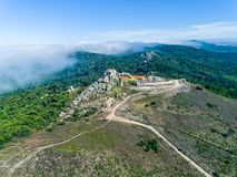 在Santuario da Peninha附近的鸟瞰图高雾 库存照片